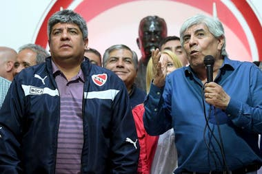 Hugo Moyano junto a su hijo Pablo. El sindicalista atraviesa uno de los peores momentos como Presidente de Independiente