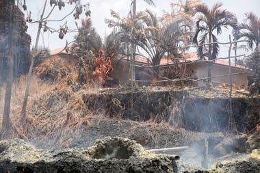 Por el momento, unas cuarenta casas y construcciones han quedado destrozadas por el paso de la lava incandescente