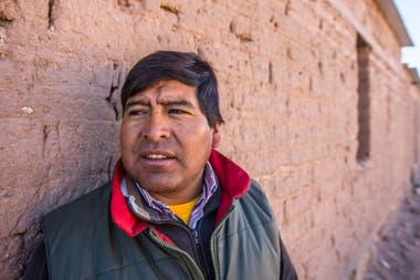César Morales, presidente de la comunidad Tres Pozos, junto a la Salina Grande, no quiere la instalación de minas de litio en la zona. El 80 % de su comunidad trabaja enla extracción de sal industrial y para consumo humano mediante una cooperativa.