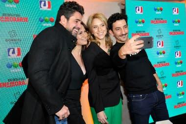 Una selfie entre los protagonistas de 100 días para enamorarse antes de ir a brindar junto con el resto del elenco