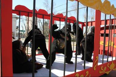 Personas disfrazadas de animales en el interior de una jaula, en el show infantil de Comunidad Redentor