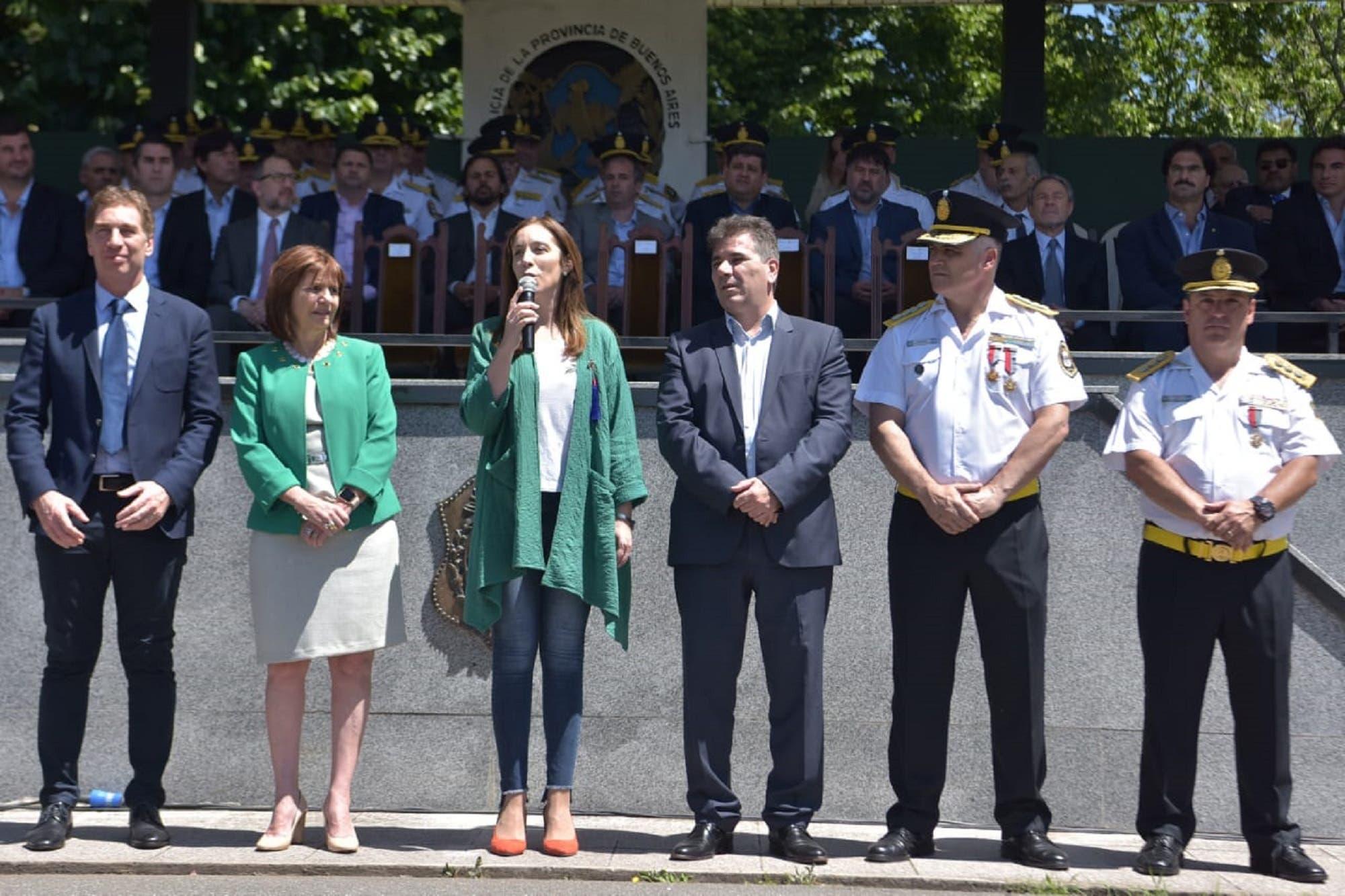 Tras la polémica por el uso de armas, Vidal se presentó con Bullrich y Santilli frente a la policía bonaerense