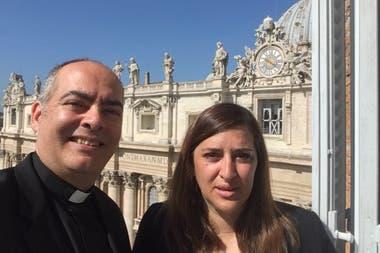 La diputada Karina Molina junto al monseñor Guillermo Karcher en el Vaticano, publicado en el Twitter de Molina el 3 de junio de 2018