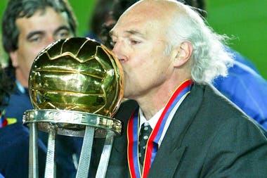 Carlos Bianchi con la copa intercontinental que ganó con Boca en 2003