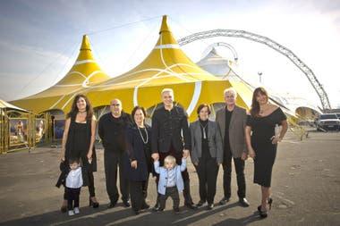 Flavio Mendoza y su familia junto a la carpa que instalaron en Avellaneda cuando estrenaron el espectáculo