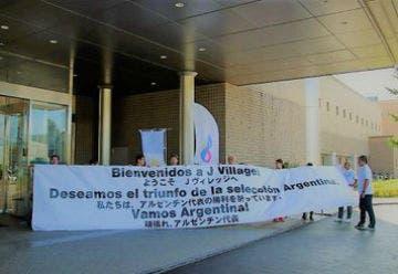 El recibimiento a los Pumas en el complejo que se alojan previo al Mundial