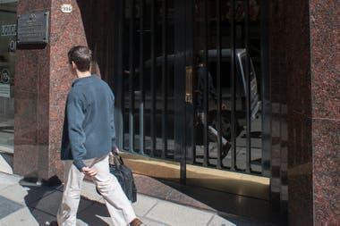 Así estaba el frente del edificio donde vivió Borges, con la placa colocada en la pared