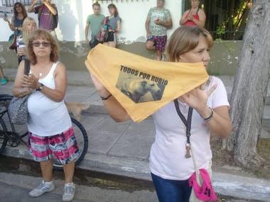 Los vecinos de Rubio protestaron con pañuelos amarillos con su imagen