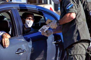Controles en las calles para asegurar el cumplimiento de la cuarentena