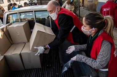 Los trabajadores municipales preparan la entrega de cajas con alimentos a familias económicamente afectadas durante la cuarentena obligatoria ordenada por el gobierno chileno debido a la pandemia de coronavirus, en Santiago, el 22 de mayo de 2020