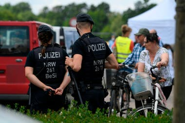 La policía trabaja en el barrio donde viven los empleados de la fábrica de carne Toennies