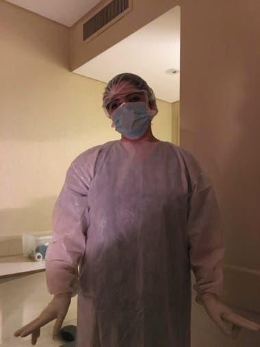 Miriam, una de las enfermeras que me atendió, con el equipo de protección que se ponían antes de ingresar a la habitación