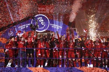 El plantel de Liverpool, en el podio en Anfield; el campeón tuvo su premiación oficial