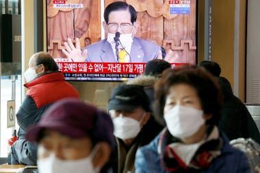 Retransmisión en directo de una conferencia de prensa de Lee Man-hee, líder de la Iglesia de Jesús Shincheonji.