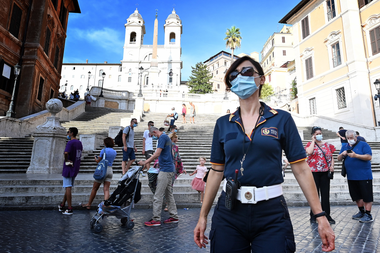 La policía local patrulla y controla que las personas utilicen tapabocas en la Plaza de España, en Roma, el 17 de agosto de 2020