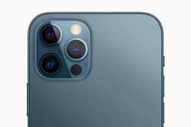 Una vista de la triple cámara del iPhone 12 Pro junto al sistema láser LiDAR para potenciar las prestaciones de realidad aumentada
