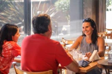 Claudia, la mamá, Guillermo y Abril festejan el festejan el Día de la Madre en un conocido restaurante de Villa General Belgrano