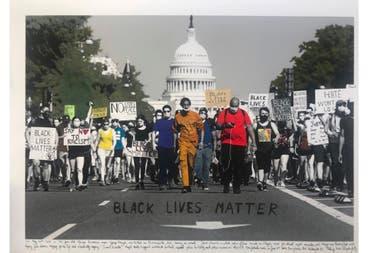 Black Lives Matter, Washington, 2020. Foto blanco y negro de archivo © Tassos Katopodis, Getty Images 2020, intervenida con textos de Marcelo Brodsky