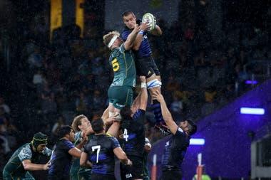 Santiago Grondona y Matt Philip luchan por la pelota en lo alto durante el partido que disputan Los Pumas vs. los Wallabies en Sidney.