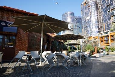 Una vista general muestra un restaurante vacío en el área normalmente concurrida de Elizabeth Quay en Perth el 31 de enero de 2021