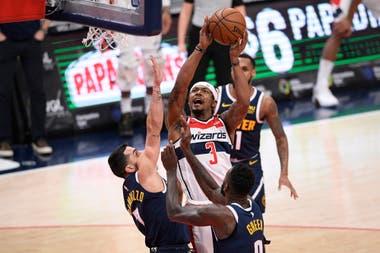 Campazzo intenta un bloqueo, en la derrota de los Nuggets ante los Wizards.