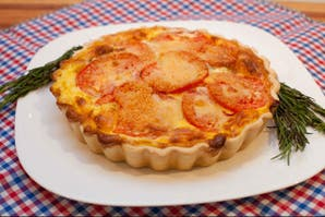 Tarta de tomates redondos y roquefort