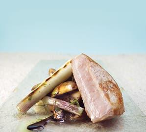 Carré de cerdo con champignones provenzal y puerro asado