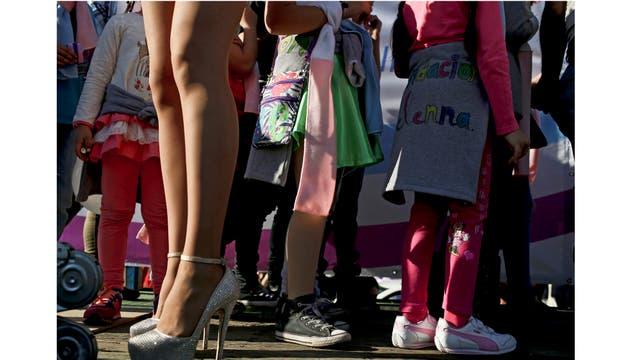 Niñas transexuales están de pie junto a un travesti durante una marcha del Orgullo Gay en Santiago, Chile.