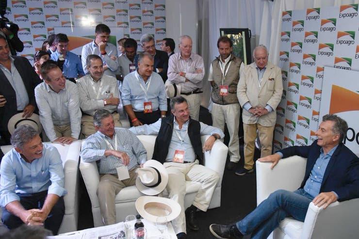Macri junto a empresarios, entre ellos Fernán Saguier y Claudio escribano de LA NACION