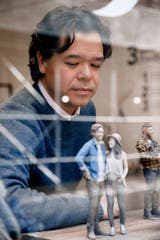 Michael Anderson, de Doob, observa una miniatura de su persona creada con el sistema de 56 cámaras