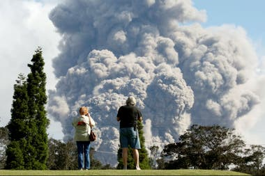 Residentes miran la columna que se eleva desde el volcán Kilauea