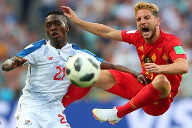 Panama vs Belgica Dries Mertens defendiendo en el aire