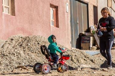 Los chicos en Olaroz juegan mientras sus padres trabajan en las obras del pueblo