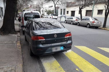 En la ciudad circulan muchos vehículos con falsos stickers de discapacitados