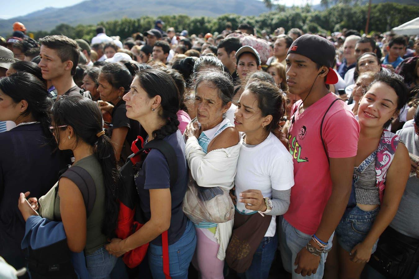 Venezolanos hacen fila en el puente Simón Bolívar para salir hacia Colombia