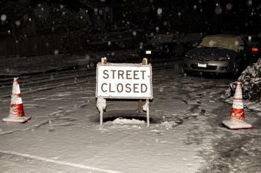 Un cartel bloquea una calle debido a que no es segura la circulación, por la cantidad de nieve caída