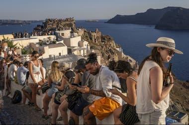Muchos cruceros y compañías aéreas de bajo costo transportan a Santorini a grupos de adictos a selfis e Instagram