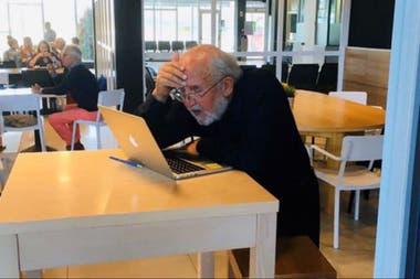 Michael Mayor en el momento en que se entera que ganó el Premio Nobel de Física, en San Sebastián
