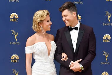 Scarlett Johansson junto a Colin Jost, guionista de Saturday Night Live