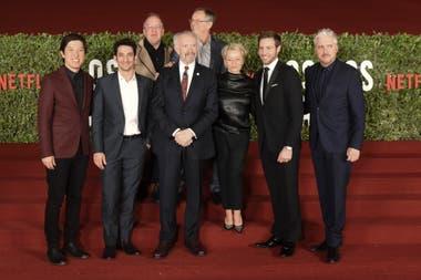El elenco completo de Los dos papas, junto al guionista Anthony McCarten, el director Fernando Meirelles