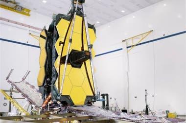 El espejo del JWST tiene 6,5 metros y deberá viajar doblado en 18 segmentos hexagonales que se desplegarán en el espacio