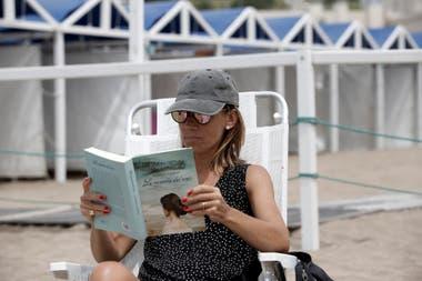 Nancy Cepeda lee a tono con la ciudad una historia de amor en el inicio de Mar del Plata, escrita por Gloria Casañas