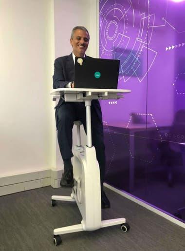 Las nuevas oficinas cuentan con bicicletas fijas con mesas incorporadas para poder trabajar con la computadora mientras se hace ejercicio