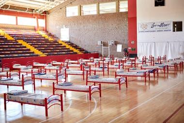 En Mendoza ya preparan centros de aislamiento. El municipio de Las Heras colocó 52 camas del albergue del polidertivo Vicente Polimeni