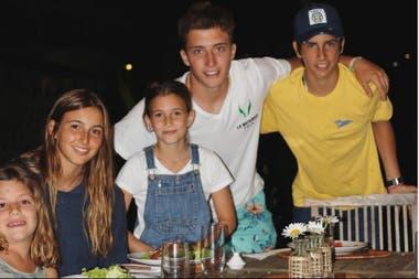 Verano reciente, en Uruguay: Barto Castagnola (de blanco) y Poroto Cambiaso, con sus hermanas, Lola Castagnola y Mia y Myla Cambiaso