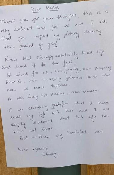 La nota que dejó la novia de Alex Pullin en la puerta de su casa para los medios de prensa