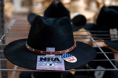 Un sombrero con las siglas de la Asociación Nacional del Rifle, es exhibido en una tienda de Garland, Texas