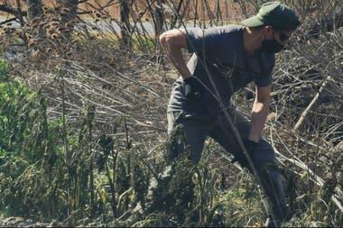 Uno de los productores mientras hace trabajos frente a su campo
