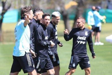 """Messi, Otamendi, Paredes y """"Papu"""" Gómez , en uno de los últimos entrenamientos en Ezeiza"""