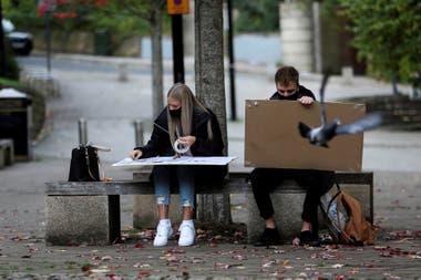 Estudiantes de la Universidad de Newcastle dibujan en la calle, en Quayside, Gran Bretaña